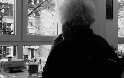 Täter drängen alte Frau in Wohnung