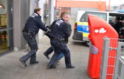 Polizei-Großeinsatz! Barfüßiger Mann hält Schnellrestaurant in Atem