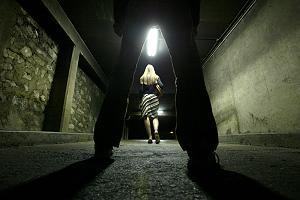 Frau belästigt und angefasst