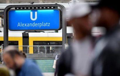 28-Jähriger schläft auf Bank in U-Bahn, als Gruppe von Männern auf ihn losgeht