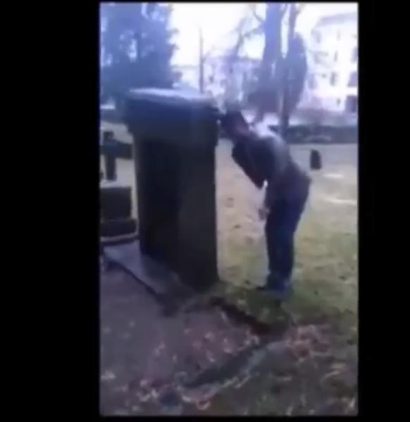 Muslime verhöhnen tote Christen im Friedhof.