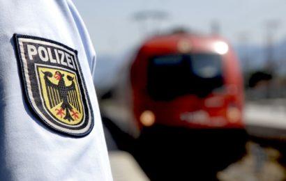 Zwei Männer versuchen einen Zugbegleiter einzuschüchtern