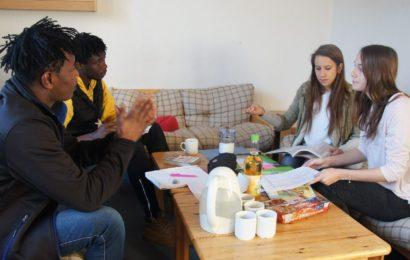 Flüchtlinge lernen von Schülerinnen