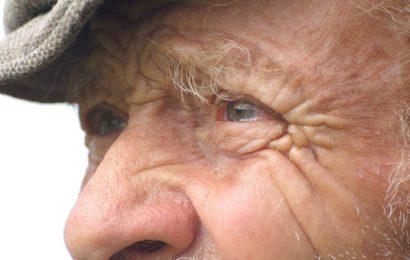 Rentner vor Haustür überfallen und beraubt