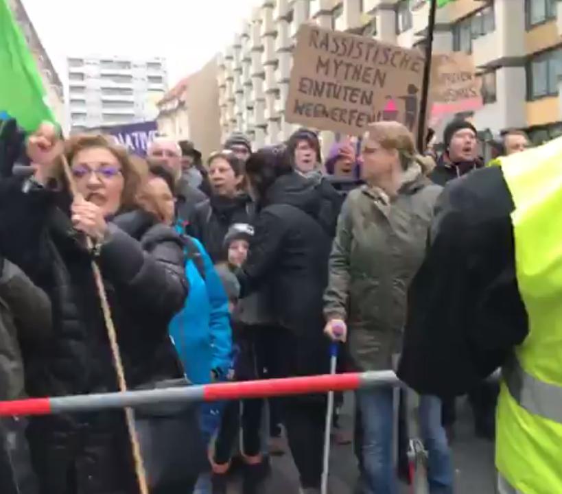 """Gegendemonstranten versperren rechtem """"Frauenmarsch"""" den Weg"""