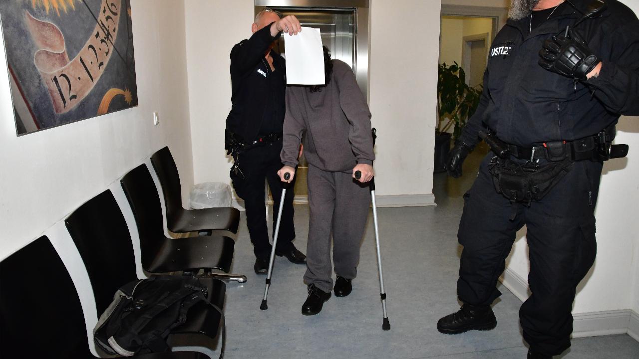 Angeklagter (19) auf Krücken ins Gericht
