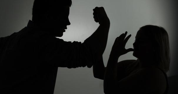 Aus Versehen angerempelt: Mann bricht Frau das Handgelenk