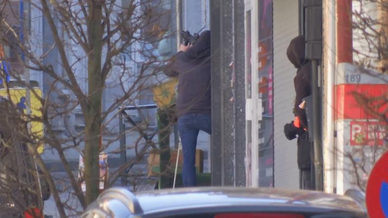 Bewaffneter hat sich in Gebäude verschanzt – Großer Polizeieinsatz in Brüssel LIVE VIDEO