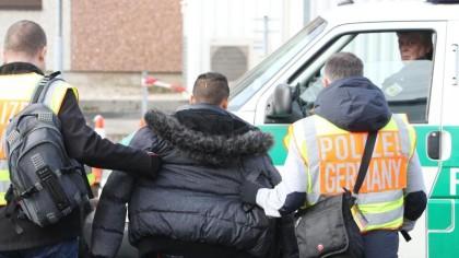 Abschiebung: Polizisten ins Gesicht getreten und ins Bein gebissen