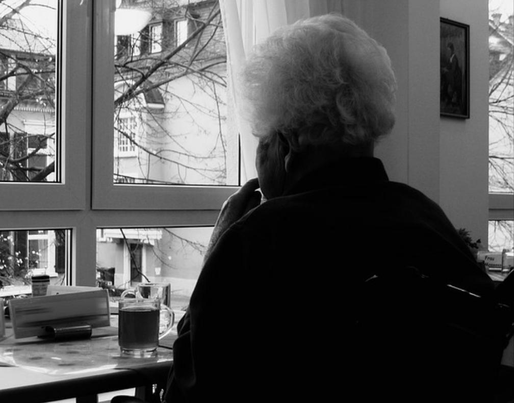 Räuber zieht Rentnerin in Leipzig über Gehweg