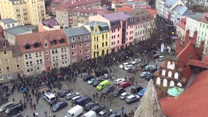 Mehr als 5000 Menschen gehen gegen Kriminalität und die Flüchtlingspolitik Merkels auf die Straße