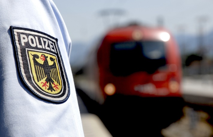 Junger Libyer sitzt im Gleis und behindert Zugabfahrt