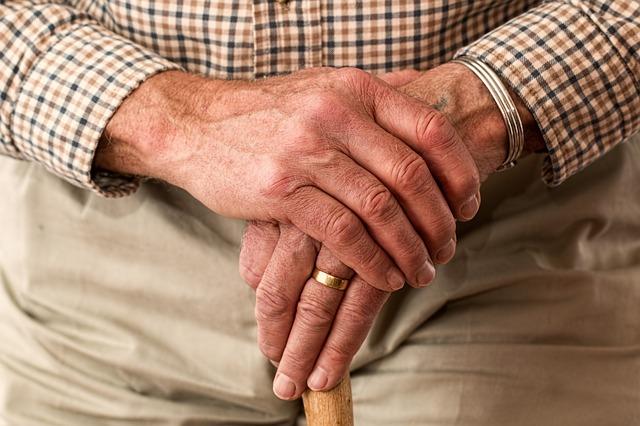 Rentner zu Hause überfallen