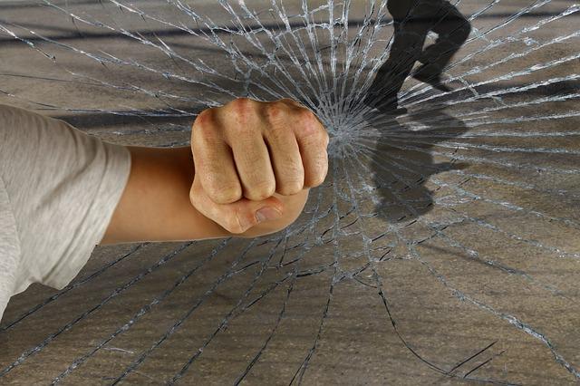 Jugendlicher attackiert Gehbehinderten