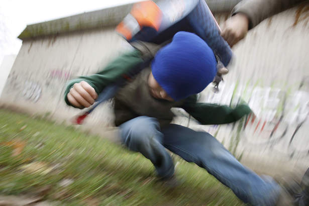 Drei Männer reißen elfjähriges Mädchen zu Boden