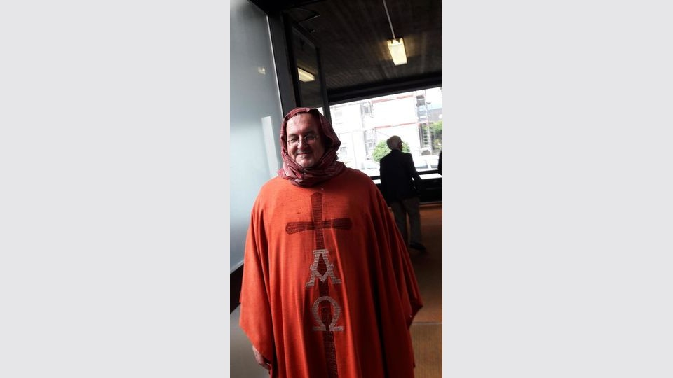 Pfarrer trägt aus Protest Kopftuch in der Messe