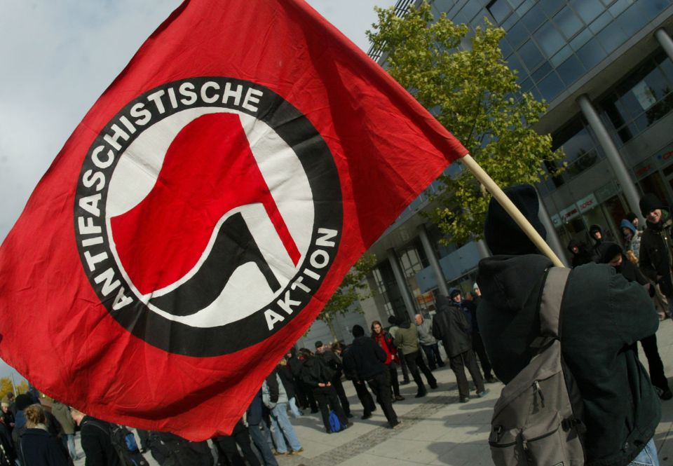 """Nazischwein!"": Vermummte Gruppe knüppelt 30-Jährigen nieder"