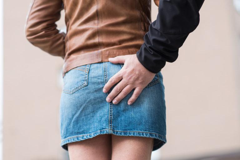 Mann belästigt junge Frau am Bahnhof