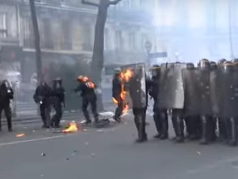 Paris Polizisten stehen in Flammen – Zerstörung weit und breit