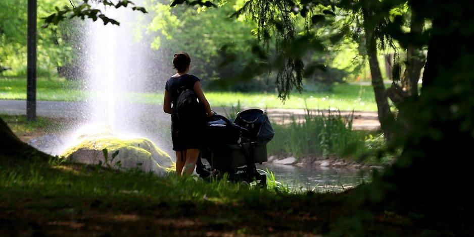 Auf Wanderweg Männer überfallen Mutter mit Kinderwagen
