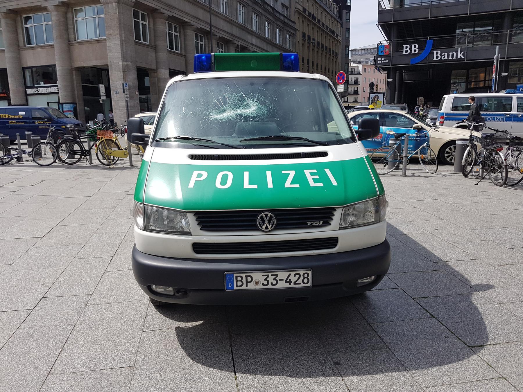 Dienstwagen der Bundespolizei zerstört