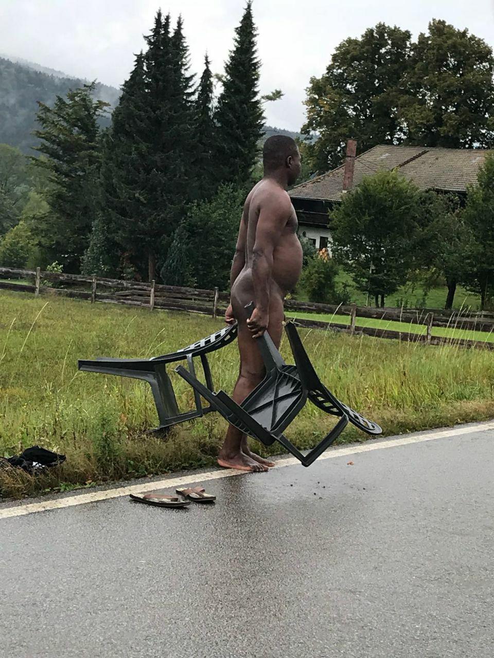 Nackter Mann blockiert die Straße