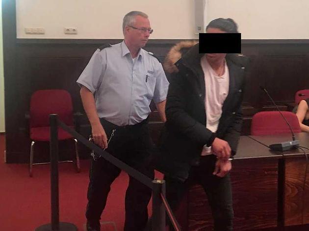 7 Anklagen! Er stach zu, weil ihm Blick nicht gefiel