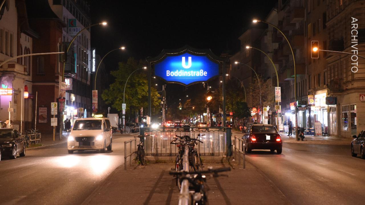 In Berliner U-Bahnhof – Mann schlägt Obdachlosen und fordert Geld