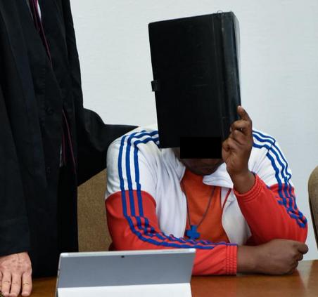 Frau in Wohnung eingesperrt und sexuell genötigt