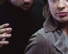 Frau von zwei Männern überfallen