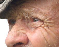 In Schwitzkasten genommen: Rentner am Bahnhofsklo überfallen