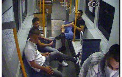 Polizei fahndet mit Foto aus Überwachungskamera nach vier Männern